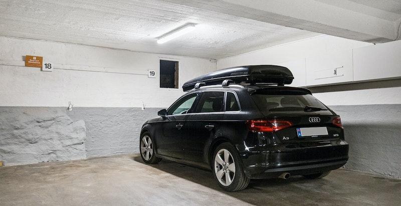 Med leiligheten følger egen parkeringsplass i et romslig garasjeanlegg med mulighet for el-bil lader. Her er det også sykkelparkering.