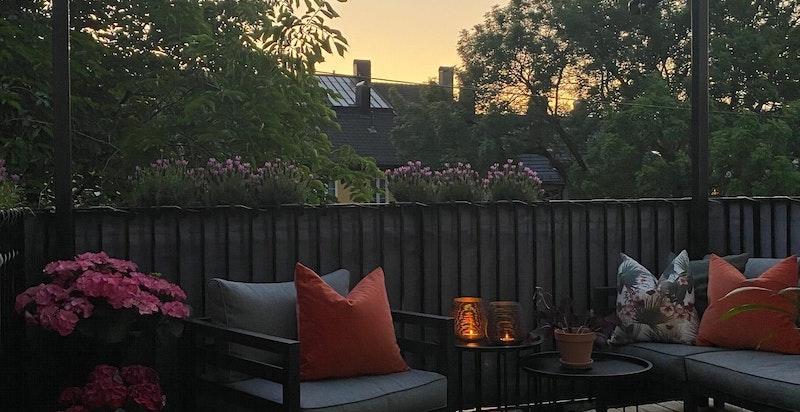 Privat kveldsbilde av terrassen