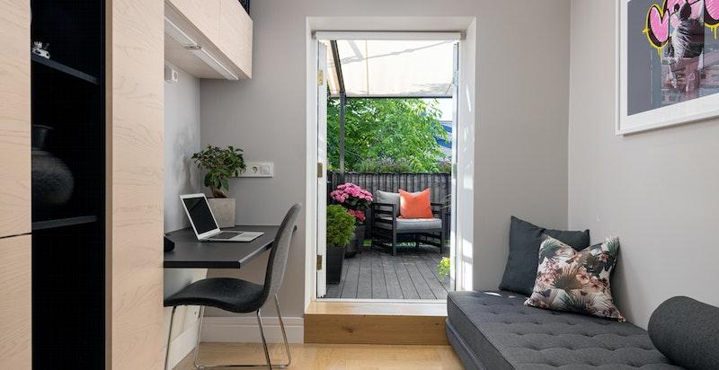 Soverom nr. 2 har fast innredning for hjemmekontor, plass til gjesteseng samt en egen del som er innredet med vaskesøyle