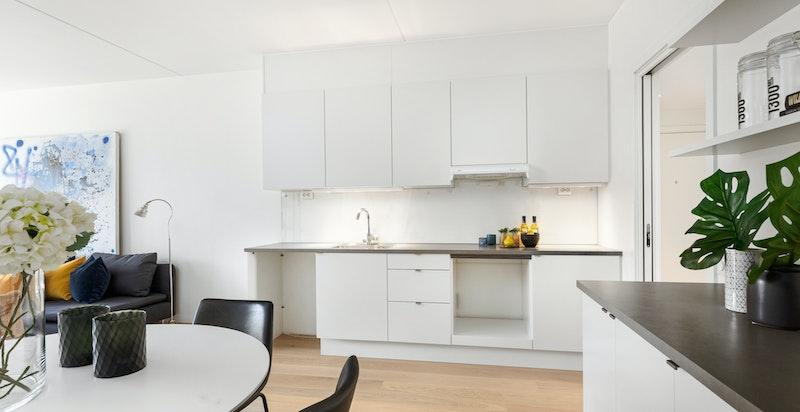 På kjøkkenet er det god arbeidsplass og mye lagringsplass