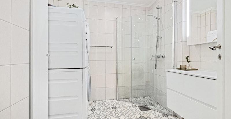 Baderom oppgradert i 2019 med nye fliser (Historiske fliser), dusjdører og speilskap