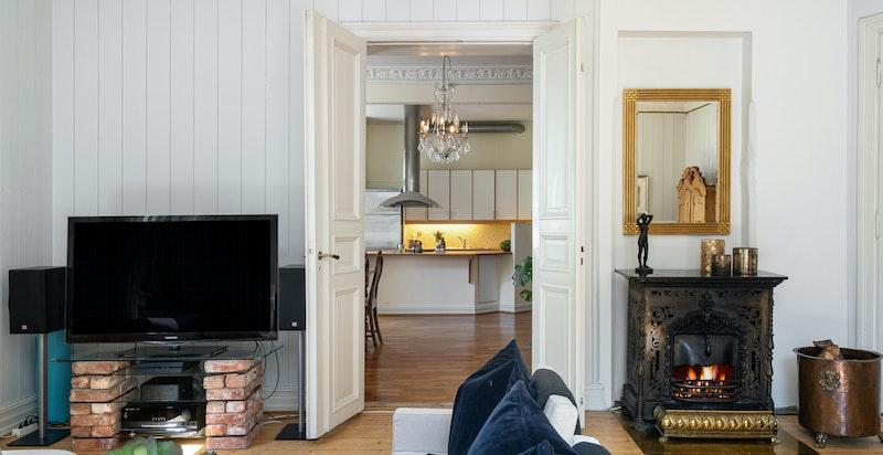 Dobbelfløyet dør i stilriktig utførelse mellom kjøkken og stue