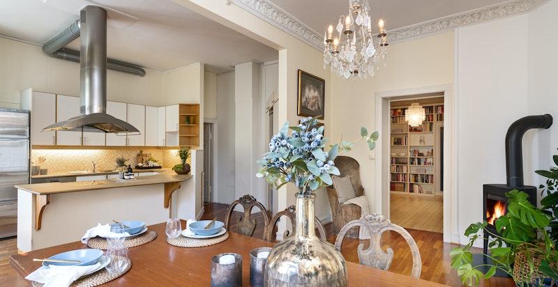 Kjøkkenet har stor kjøkkenøy og hjørnepeisovn