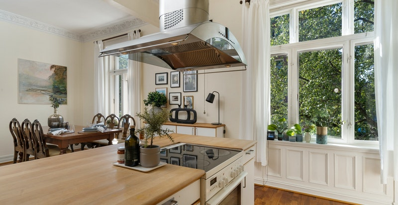 Det er hyggelig utsyn mot grøntarealer fra alle vinduene i leiligheten.