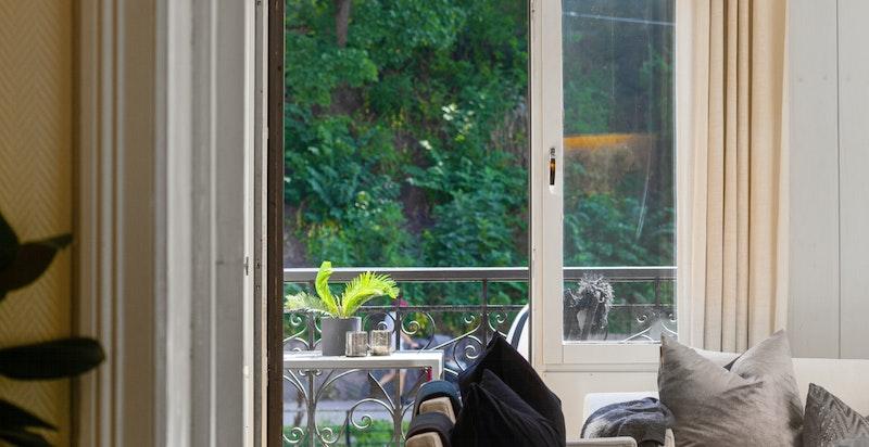De grønne omgivelsene preger utsynet gjennom vinduene i leiligheten