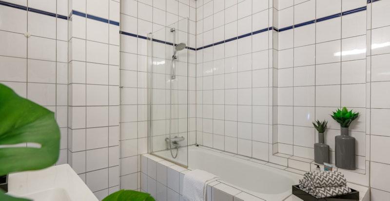 Innholdsrikt bad med badekar.