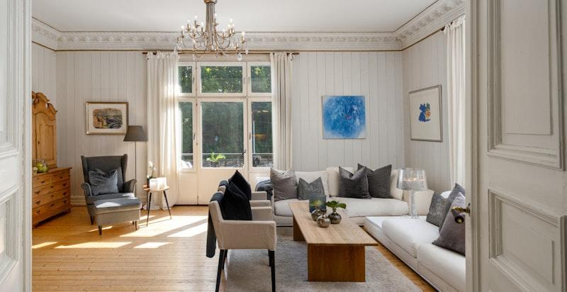 Romslig stue med god plass for salong og lesekrok