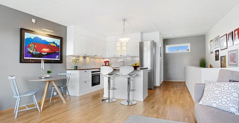 Stuen er romslig og har god avstand til kjøkken