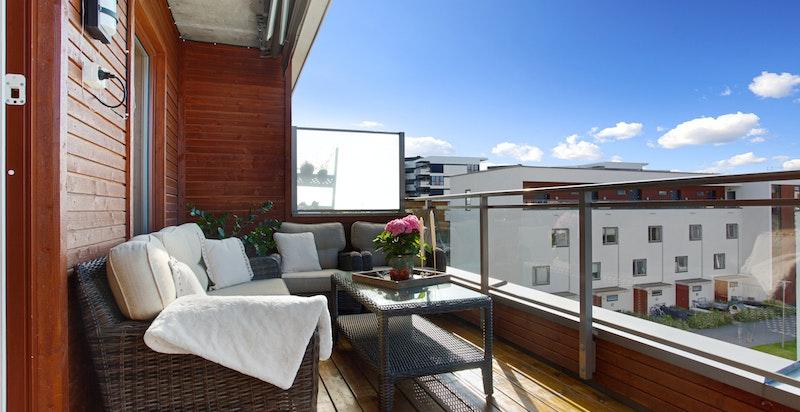 Hyggelig og rolig terrasse vendt ut til stille bakgård