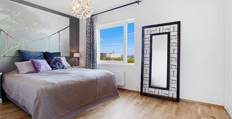 Romslig hovedsoverom med god skapplass og plass for stor seng.