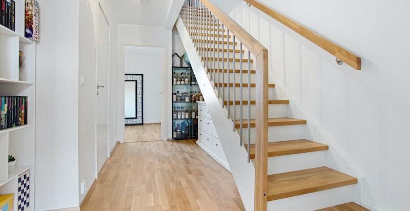 Trappegang ned til 3. Etg. Der man finner 3 soverom, bad og en romslig bod