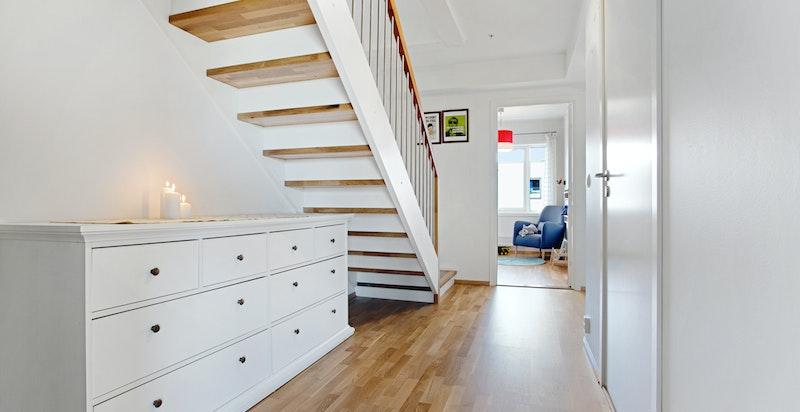 Under trappen er det mange gode ideer for innredning, f eks lagring og skap, sittekrok med daybed, hjemmekontor m.m.