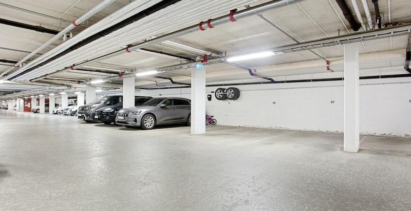 Det medfølger en garasjeplass med tilrettelagt for å kunne påkoste oppkobling av elbillader. Personheis til leiligheten.