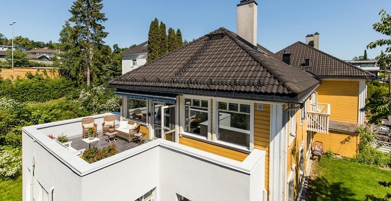 Velkommen til en meget fin og delikat familieleilighet med stor solrik terrasse, garasjeplass og 1 ekstra biloppstillingsplass på Vinderen.