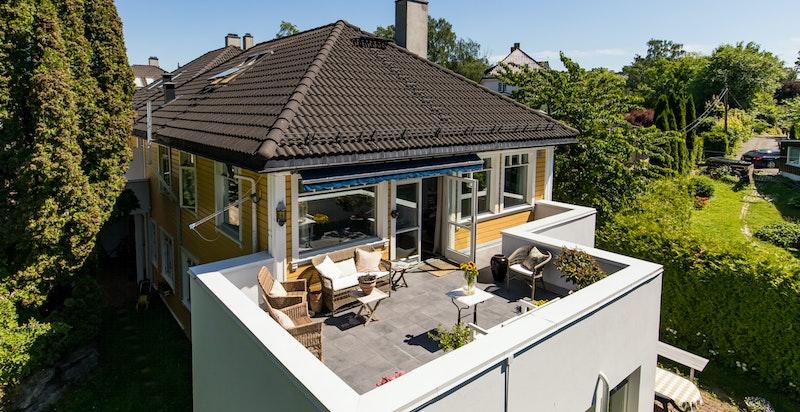 Terrassen er stor, uten innsyn og meget solrik.