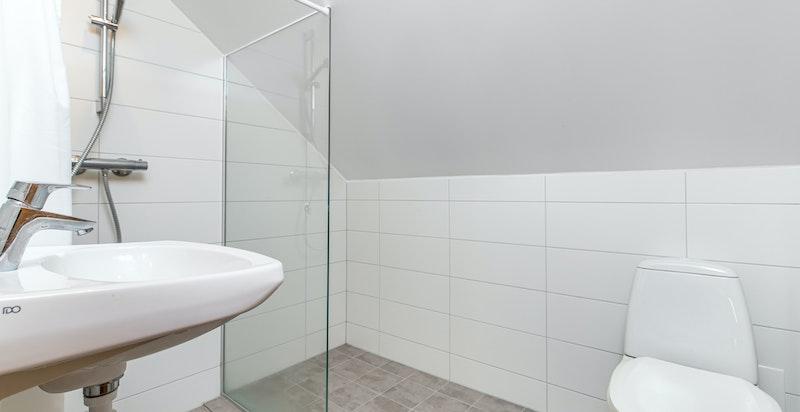 Flislagt dusjbadet med toalett.
