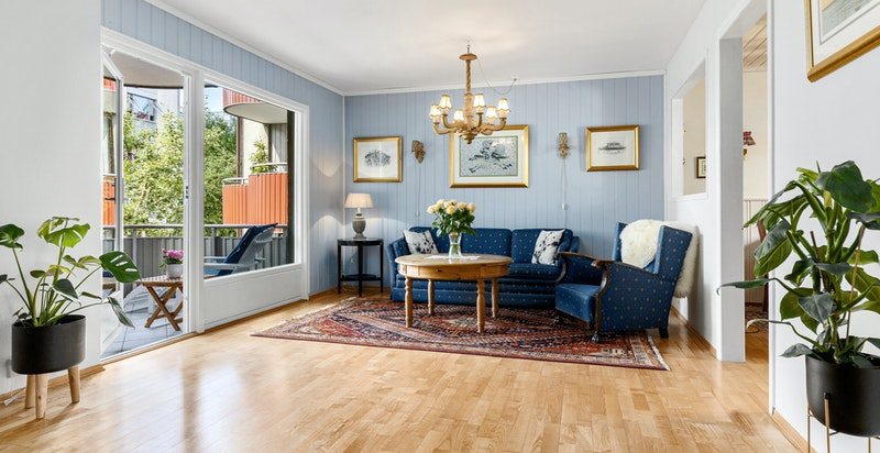 Rommet får rikelig med lys fra store vindusflater hvilket bidrar til en god atmosfære.