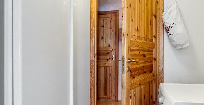 Plass til både stort kjøleskap og fryseskap. Grovkjøkken vis-à-vis med opplegg til vaskemaskin.