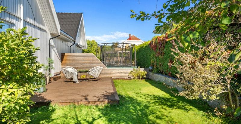 Usjenert terrasse og utplass på baksiden av huset