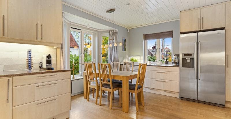 Romslig kjøkken med god plass til spisebord
