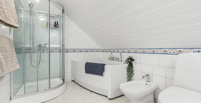 God størrelse med dusj og badekar