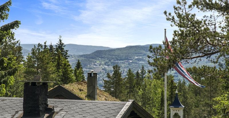 Flott utsikt fra eiendommen mot Varingskollen
