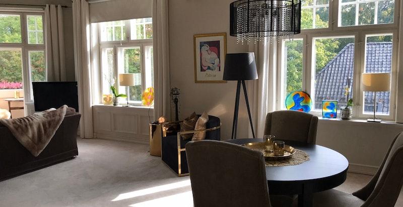 Stue med store vindusflater og godt med lysinnslipp