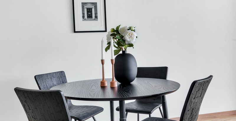 3-stavs lakkert eikeparkett i stue/kjøkken, soverom og gang.