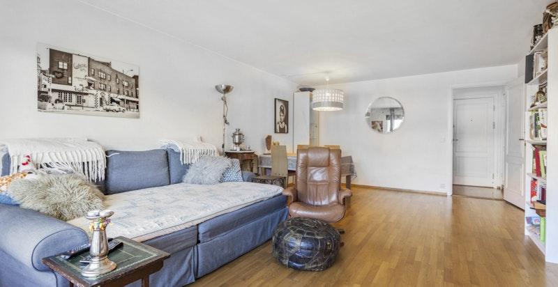 Stue med plass til spisebord og sofagruppe