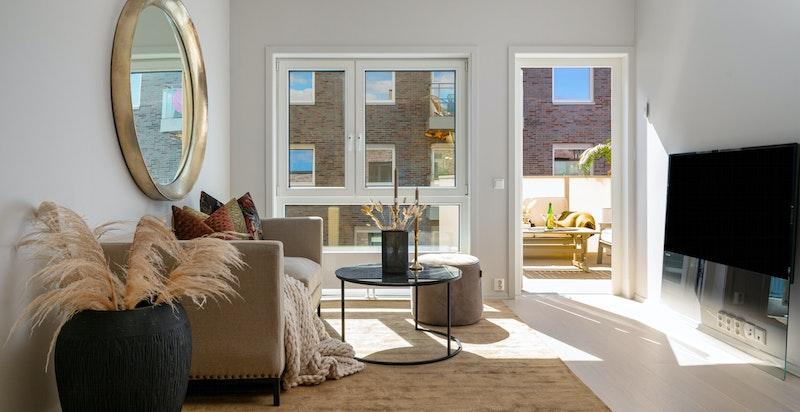 Store vindusflater sørger for rikelig med naturlig lysinnslipp.