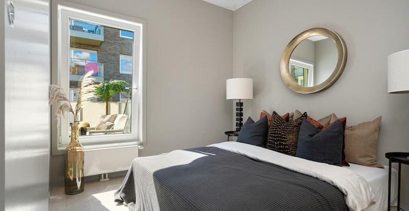 Romslig soverom med god plass til dobbeltseng m/tilhørende møblement
