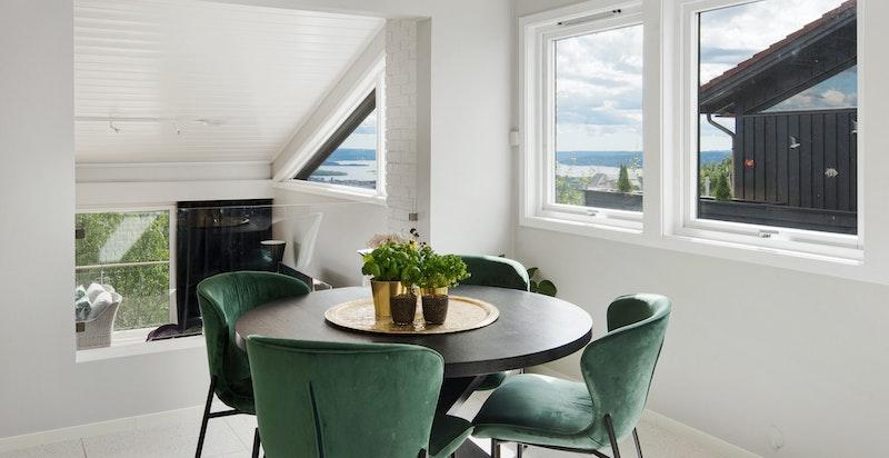 God plass til spisebord på kjøkkenet