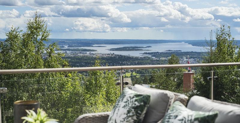 Velkommen til Holmenkollveien 131 G med fantastisk og usjenert utsikt!