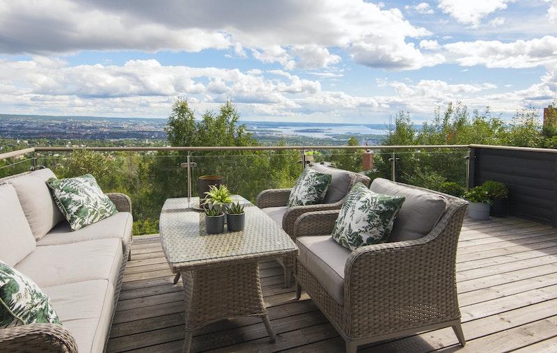 Den store verandaen med utgang fra stue har glassrekkverk og god plass til sittegruppe og solstoler
