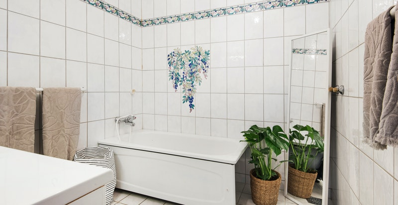 Bad med badekar i underetasje. Badet er fra 1995