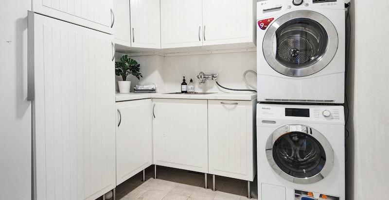 Praktisk vaskerom nær hovedinngang til boligen. God skapplass og ekstra plass til kjøl / frys