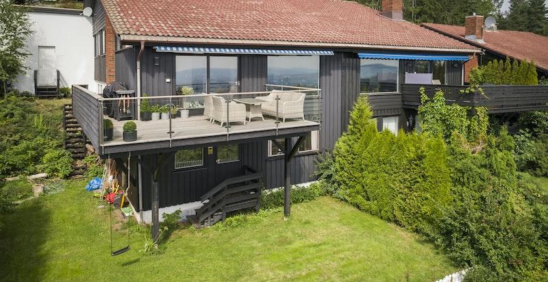 Fasade mot syd har fine og solrike uteplasser. Egen inngang til underetasje fra hage