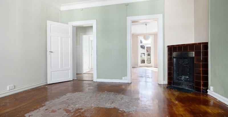 Stuen har flere møbleringsmuligheter med rom for spisestue og sofamøblement.