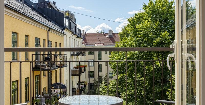 Sydøstvendt balkong på 3 kvm med flott utsyn mot bakgård.