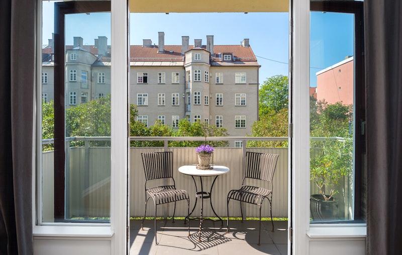 Den største balkongen vender ut mot indre gårdsrom, er sydvendt med gode solforhold og grønt utsyn