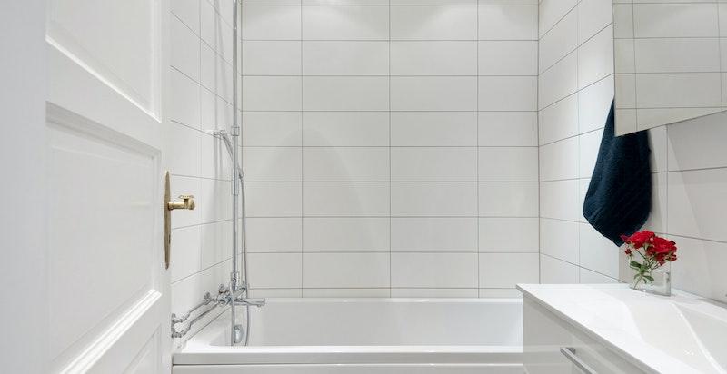 Badet ble pusset opp i 2012 med nye fliser på gulv og vegger samt ny innredning