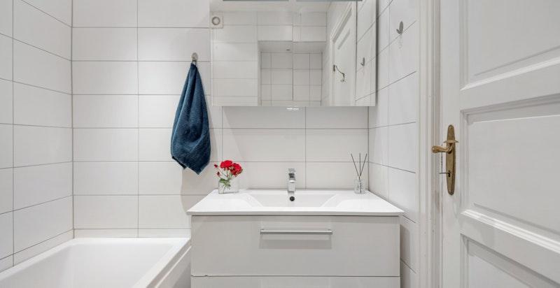 Pent flislagt bad med badekar og wc