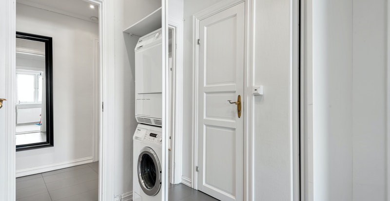 Plass til vaskesøyle i skap i gangen