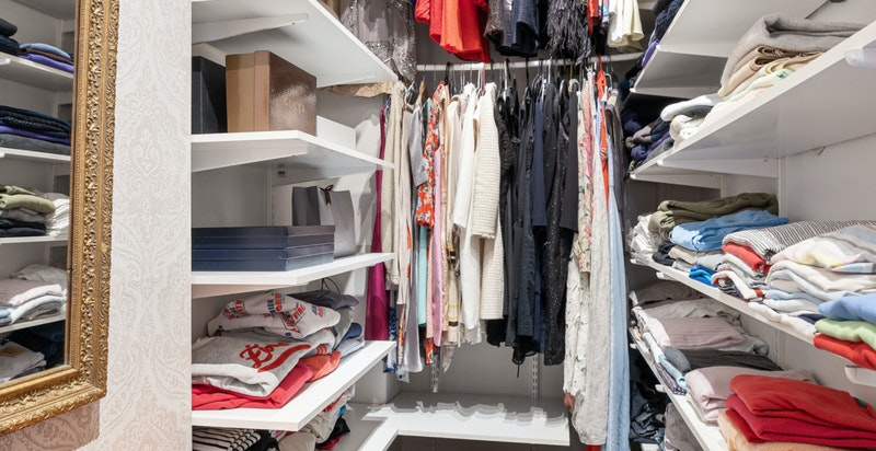 Romslig walk-in closet innenfor soverommet