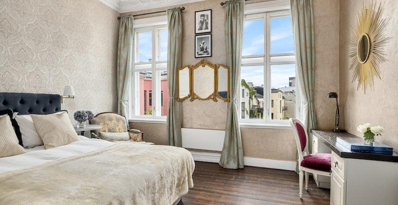 Stort og deilig hovedsoverom med eget garderoberom og usjenert utsikt fra de store vinduene