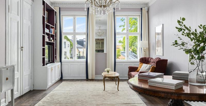 Stuen har nydelig usjenert utsikt og mye himmel gjennom de store vindusflatene. Plassbygget medie- og bokhylleseksjon medfølger