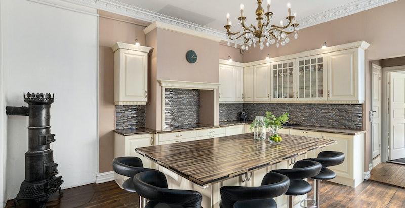Kjøkkenet er et naturlig samlingssted i leiligheten