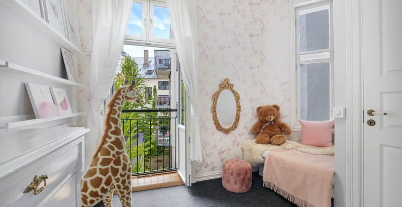 Fransk balkong på soverom nr. 2 som også har en hyggelig daybed bygget inn ved vinduet
