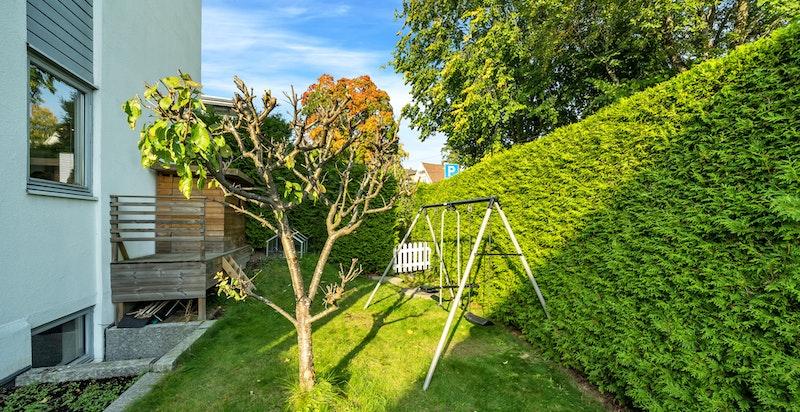 Den flotte hekken som omkranser eiendommen er høy og tett nok til at den skjermer innsyn, men slipper likevel rikelig med sol inn