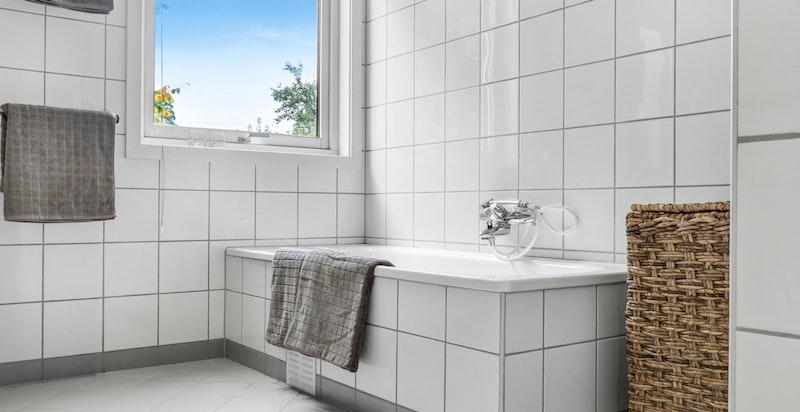 Innmurt badekar med flislagte fronter